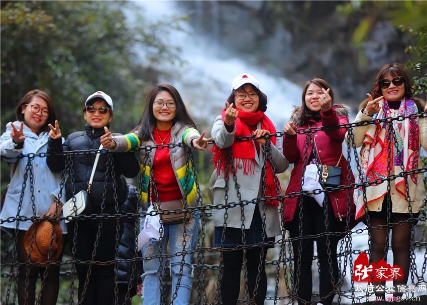 3月8日,三八国际妇女节,湖南张家界武陵源风景区雨过天晴,春光明媚,各地游客纷至沓来,在山水间享受春游的乐趣。