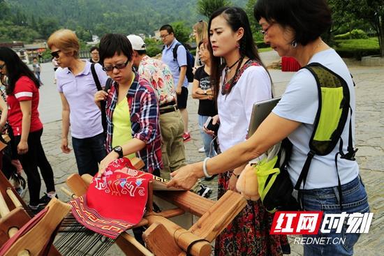 走下舞台的《烟雨张家界》织锦受游客热捧